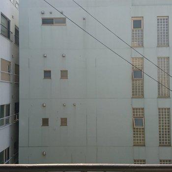 眺望はのぞめませんが、前の建物との距離も広いのであまり気になりません!