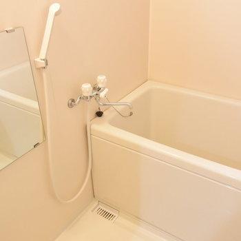 浴室は換気扇はついていませんが、窓がついているのでご安心を。