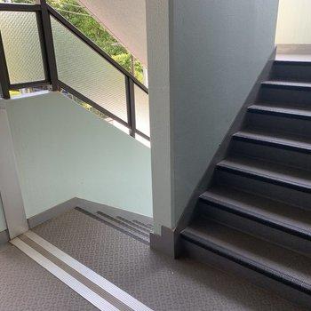 共用部階段も広々してます