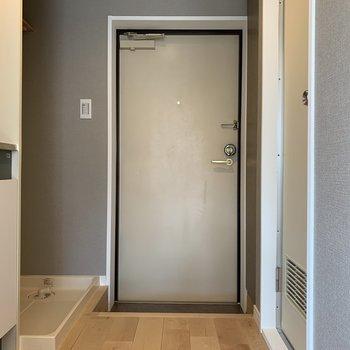 玄関のスペースに洗濯機置場が有ります