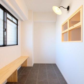 玄関には土間とベンチが。窓もあるので、植物を置いたりしてもいいですね。※写真は反転で似た間取りの別部屋