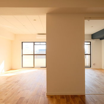 リビング横のお部屋は寝室でも、書斎でも落ち着ける工夫のあるお部屋なのです。詳細は後ほど。※写真は反転で似た間取りの別部屋、青い梁は白になります