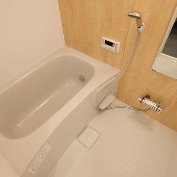 お風呂も新しいものに交換されていますよ!※写真は反転で似た間取りの別部屋
