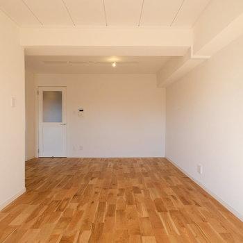 キッチン横のスペースはダイニングテーブルを置きたいですね※写真は反転で似た間取りの別部屋
