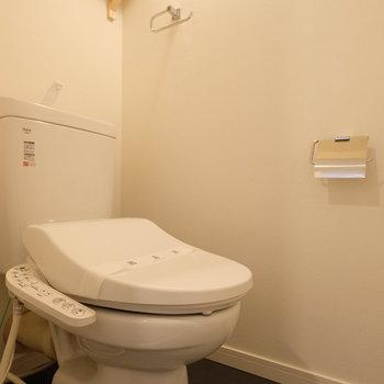 トイレもウォシュレット付きの新品です。※写真は反転で似た間取りの別部屋