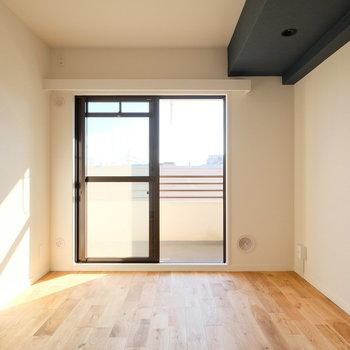 それだけではないのです。※写真は反転で似た間取りの別部屋、青い梁は白になります