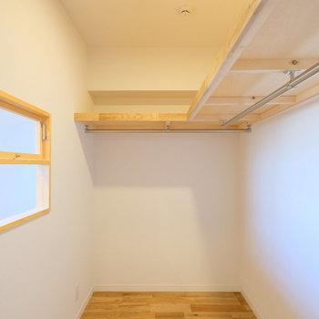 ウォークインクローゼットで収納も大容量。※写真は反転で似た間取りの別部屋