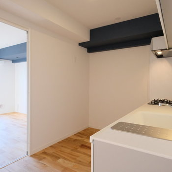 このお部屋の隠し味のようなアクセントクロスは、なんと梁を利用しています!※写真は反転で似た間取りの別部屋、青い梁は白になります