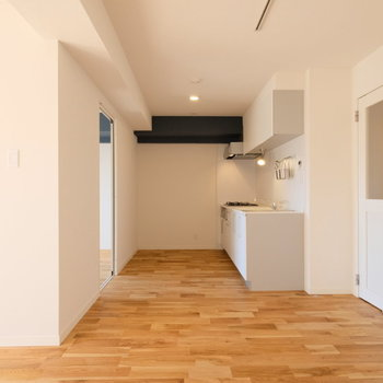 ダイニングエリアからはキッチンが見えるので、会話も弾みそう!※写真は反転で似た間取りの別部屋、青い梁は白になります
