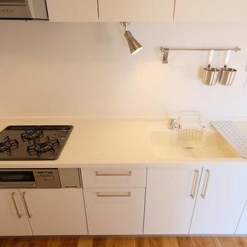 キッチンは作業場も十分の広さ◎※写真は反転で似た間取りの別部屋