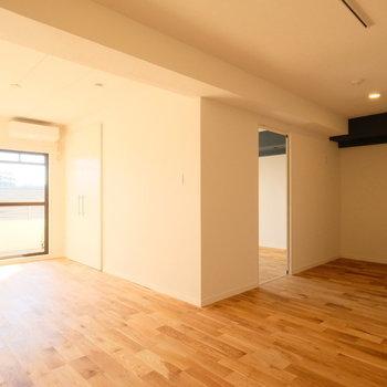 L字の大きなリビングです。ぽかぽかと、陽当りもよしです!※写真は反転で似た間取りの別部屋、青い梁は白になります