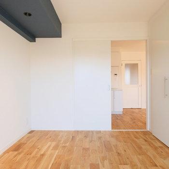 梁のアクセントクロス部分には※写真は反転で似た間取りの別部屋、青い梁は白になります