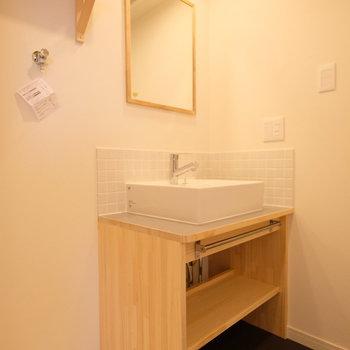 洗面台は人気の造作洗面台を※写真は反転で似た間取りの別部屋