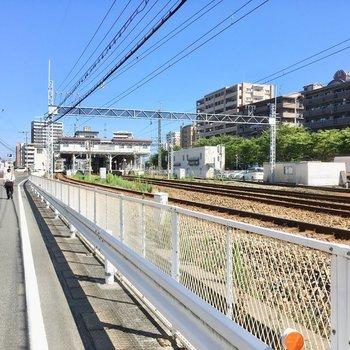 駅まではこの道を一直線。お部屋は線路の沿線沿いです。