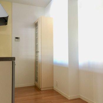 キッチンの後ろに冷蔵庫は置けそうだ。食器もしまえる棚も付いています。