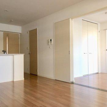 キッチン横の扉は、水回りの入り口です。