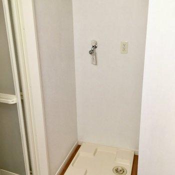 右側に洗濯機置き場。お風呂入る前に、洗濯機インですね!