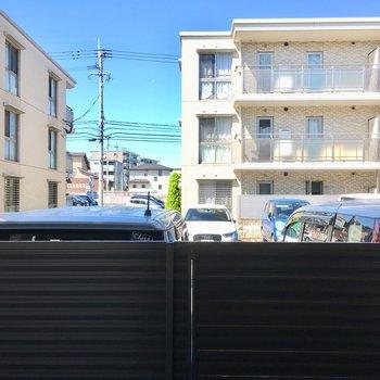 目の前は駐車場です。柵が高いので見えにくくなっています。