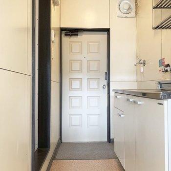 扉のレトロ感が素敵。※写真は2階の同間取り別部屋のものです