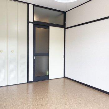 収納の扉は鉄製でした。※写真は2階の同間取り別部屋のものです