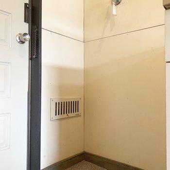 玄関に洗濯機置き場があります。※写真は2階の同間取り別部屋のものです