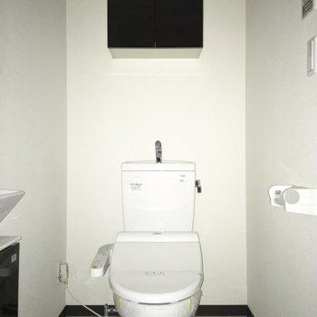 備品は上のスペースに。※写真は通電前のものです・フラッシュを使用しています