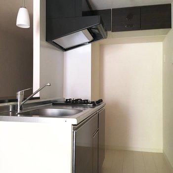 スペース多めのキッチン、上部に収納も設置されています。