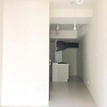 奥にキッチンスペースが広がります。