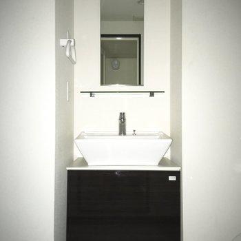 洗面台、スタイリッシュ。※写真は通電前のものです・フラッシュを使用しています