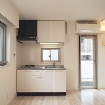 【2階】キッチンにも小窓が
