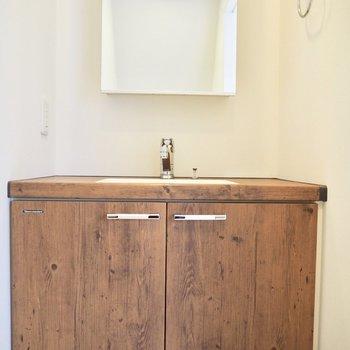 木目の洗面台がかわいらしい
