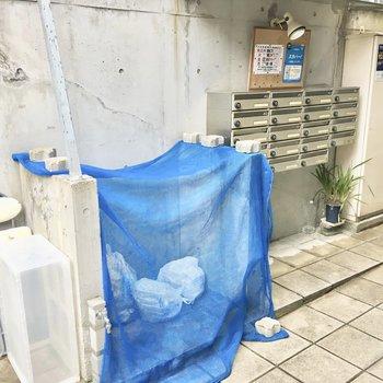 共用部】階段手前にポストとゴミ捨て場。