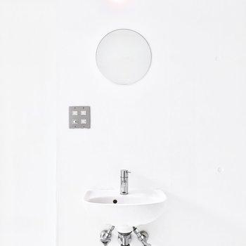 室内にとってもシンプルな洗面台。