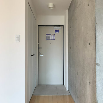 玄関部分はシンプルに。横にシューズボックスが。
