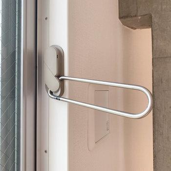 窓に室内干し用のフックもついています。気が利いてる〜