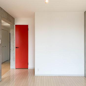 【洋室7.8帖】こちらも白とコンクリートのバランスが絶妙。
