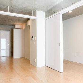 【LD】玄関側から見ると。コンクリと白の調和。