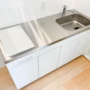 キッチンは2口IH。自炊派にも嬉しいサイズ。