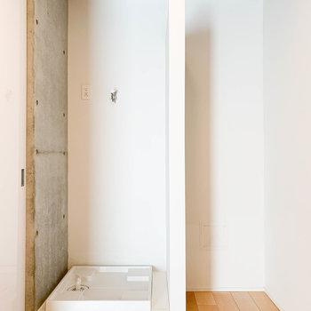 キッチンの左側に、洗濯機置き場と冷蔵庫置き場が。