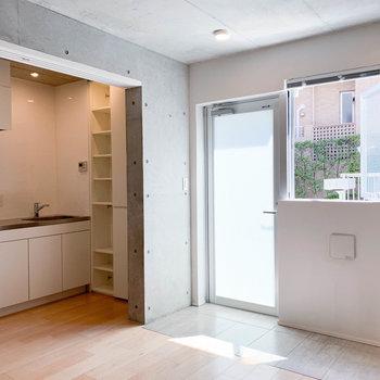 【LD】リビングの横にキッチンエリアがあります。
