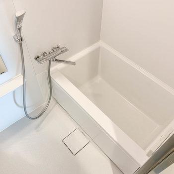 お風呂は比較的ゆったりめなサイズ