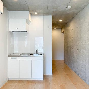 お部屋奥から見ると。フローリング×白×コンクリ、が絶妙。