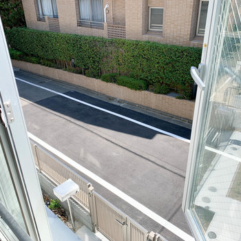 窓からの眺望はお部屋前の道と向かいのマンション。