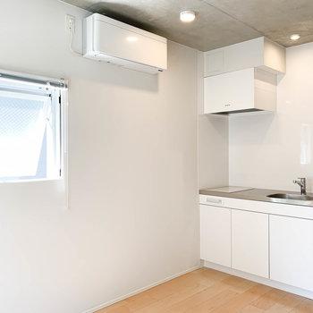 部屋奥から見ると。こちら側は存分に白の空間。小窓もついてます。