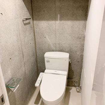 脱衣所からさらに扉を開けるとトイレが。