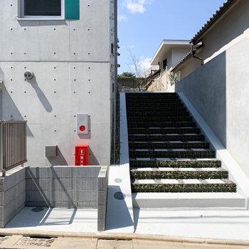 2階以上の階の方はこちらの階段先が入り口。階段横にゴミ捨て場。