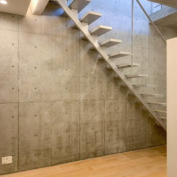 【BD】階段があるゆえに、天井がとても高い。部屋というよりスタジオ感。