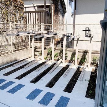窓からの眺望は敷地内の駐輪場です。※要空確認