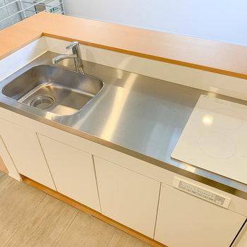 【LD】キッチンは二口IH。カウンターテーブルっぽくなっているので、片付けも楽かな。