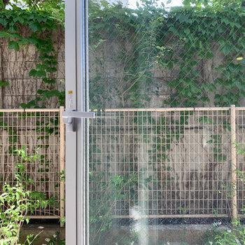 【LD】リビングの階段側の窓は開けられます。眺望は敷地内の壁。